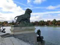Ступени памятника охраняют пристально вглядывающиеся вдаль львы. Вот эти - произведение Vallmitjana и Estany.