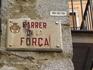 От площади Placa de la Catedlral строго на юг тянется главная улица старой Жироны Carrer de la Forca (улица сильных), часть древней римской дороги Виа ...
