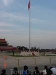 Государственный флаг на площади поднимают и спускают каждый день.