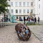 Двор Музея современного искусства на Кампе. Некоторые инсталляции, на мой взгляд, весьма зверские и очень спорные. Но, как я говорила раньше, Праге свойственна необычайная терпимость и высокая степень