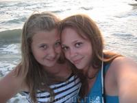 Слева сестренка)