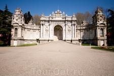 Ещё одни ворота дворца Долмабахче. Внутрь можно попасть только с экскурсией, фотографировать нельзя. На вход - огромная очередь. Но побывать там стоит ...