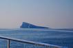Остров Бенидорм в середине залива, куда отправляются туристы для погружения в миниподлодках.