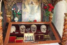 В монастыре Св.Герасима хранятся святые мощи монахов, мучеников-христиан, перебитых во время нападения на монастырь в 614 г.