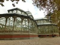 Хрустальный дворец, наряду с искусственным озером, был построен в 1887 г.  для организации выставки, где экспонировались коллекции цветов, привезенных ...