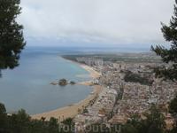 Великолепный пляж Бланеса, а также скала в море, с которой начинается Коста Брава. Как нам рассказали, официально Коста Брава начинается с окраин Бланеса ...
