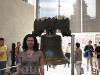 отлитый в Лондоне в 1752 году, Колокол свободы звонил, когда Континентальный конгресс принял Декларацию независимости, и с тех пор стал символом свободы ...