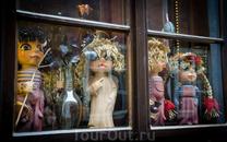 Несколько персонажей в Крумлове. Такие вот сказочные герои, вернее куклы в окошке можно увидеть.