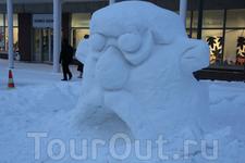снежные скульптуры на одной из центральных улиц Кеми