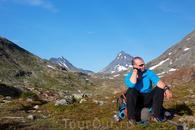 Мой уставший товарищ. за ним видна гора Кирка.
