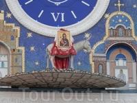 Еще одной достопримечательностью площади являются часы, расположенные в верхней части центральной башни здания Национальной художественной галереи. Часы ...