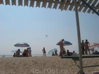 Пляж на косе. Народу немного.