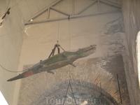 Кафедральный собор. Ворота Ящерицы. Этого крокодила подарили собору египтяне. После смерти почтенного Ящера пустили на украшение собора. Рядом еще бивень ...