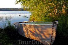 Лодка на берегу озера...