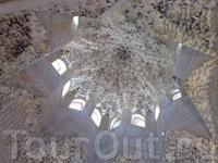 Причудливая мозаика потолков в дворцах Альгамбры в Гранаде.