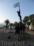 Памятник борцам за свободу на утренней набережной Эйлата