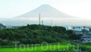 Гора Фудзи вдалеке.