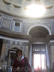 В Пантеоне. ровно в 12 часов луч света над входом