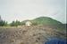 вулкан Этна, уцелевший домик, рядом прошла лава.