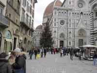 Собор Санта-Мария дель Фьоре (Дуомо). Он поднимается в самом центре древнего города. Резное мраморное здание собора венчает огромный купол ржаво-красного ...