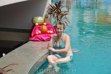 бар в бассейне у отеля