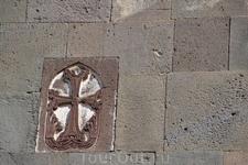рхитектурные формы и орнаментальное убранство скальных помещений Гегарда свидетельствуют об умении армянских строителей не только возводить из камня, но ...