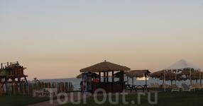 Пляж 6,на траве,выход к морю на пляже 5.Здесь же детская площадка и бар.Хорош для семей с детками.