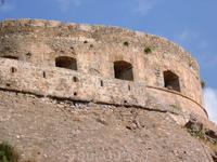 На крепости виден Венецианский лев с открытой книгой.