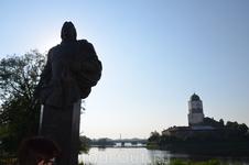 Замок уже рядом. На переднем плане памятник Ф. М. Апраксину, который и покорил Выборг в свое время