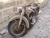 вот такие раритеты стоят на узких улочках старого города Родос
