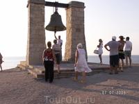 Каждый, кто смотрел кино про Буратино, знает этот колокол. Он отлит из турецких пушек, в него звонили, чтобы известить жителей о шторме. После Крымской ...