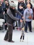 Для детишек устраивают представления уличные артисты.
