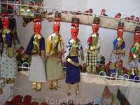 деревянные фигурки в национальных костюмах