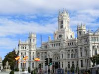 Главная доминанта площади Palacio de Comunicaciones (проще говоря, главпочтамт), сейчас больше известный, как дворец Сибелес. Он был построен в 1919 году ...