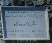 Мемориальная доска извещает, что здесь жила знаменитая оперная певица Мария Каллас