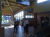 Музыка и танцы - всегда и везде и даже в аэропорту о. Кайо-Ларго...