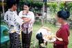 """Семья Команг - брат с сестрой и мать (Команг в переводе с индонезийского - """"третий ребенок"""")."""