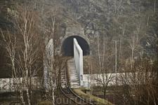 Железная дорога в Карловых Варах уходящая в тоннель.