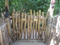 Это одни из декоравтиных ворот в зоопарке, отделяют одну зону от другой