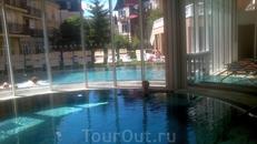 Один из пяти бассейнов. Справа выход в бассейн на улице.