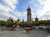 С другой стороны площади возвышаются остатки церкви Святой Марии и ее колокольня. Церковь, к сожалению, была разрушена во время Гражданской войны в Испании ...