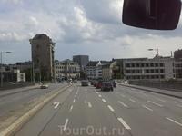 Пересекаем Дунай по широкому городскому  мосту.