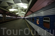 Теперь захотелось «отмотать время» к началу поездки в Новгород и немного под другим углом посмотреть на такие сугубо утилитарные вещи, как поезд, перрон ...