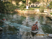 Памуккале.Бассейн Клеопатры.На дне обломки , которым более  двух тысяч лет.