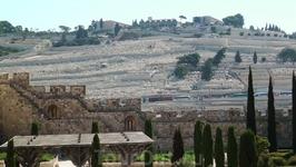 На выходе, слева нам напоследок открывается вид на южную часть Элеонской горы. На склоне древнее иудейское кладбище. Вообще, в иудаизме и христианстве этой горе уделяется особое внимание. Здесь поклон