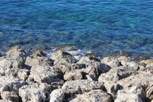 Красиво, вода голубая и прозрачная! Камни такие у стен, если бросить со стены на нападавших, конечно, конец. Или со стены на эти камни кого-нибудь.