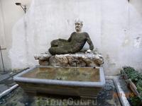 """Одна из """"Говорящих статуй""""."""