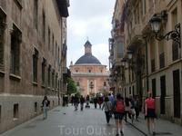 Хотя в конце улицы уже просматривалась  Basílica de la Virgen на одной из главных площадей, мы все же повернули налево, на площадь Plaza del Manises, где ...