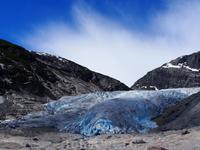 Площадь ледника Нигардсбреен 487 кв.км, а толщина ледяной массы достигает 600 м