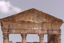 Портик Капитолийского храма. Только он и возвышался над землёй, когда начались раскопки древнего города. Кто не видел Дуггу, Сиди бу Саид и Карфаген - ...